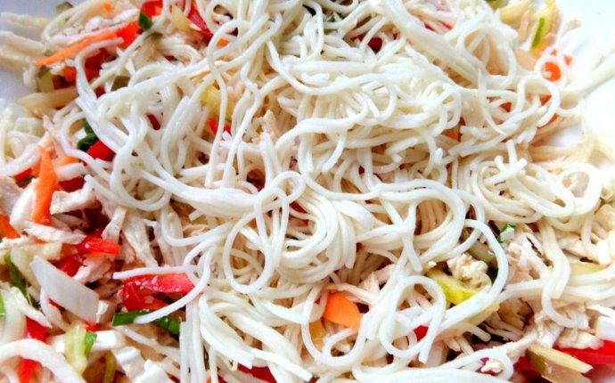 Выложим вермишель в салат